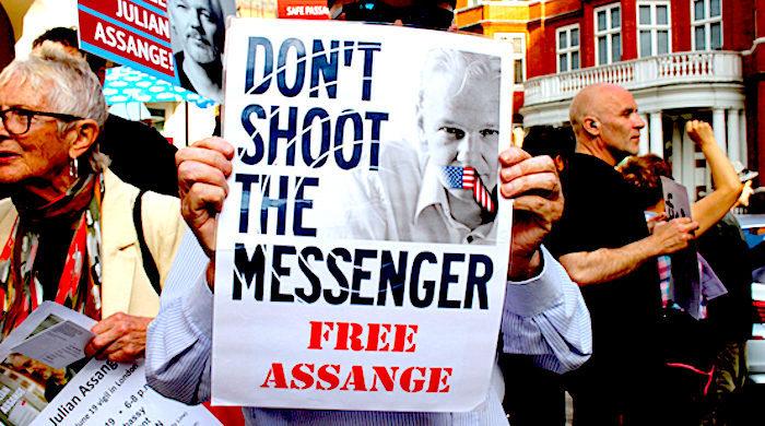 1_assange_protest_katherin_da_.jpg