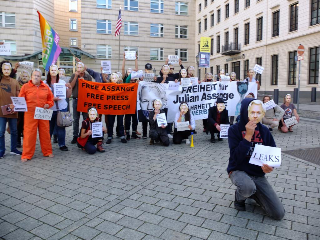 bieng-julian-assange-us-embassy-berlin-7sept20.jpg