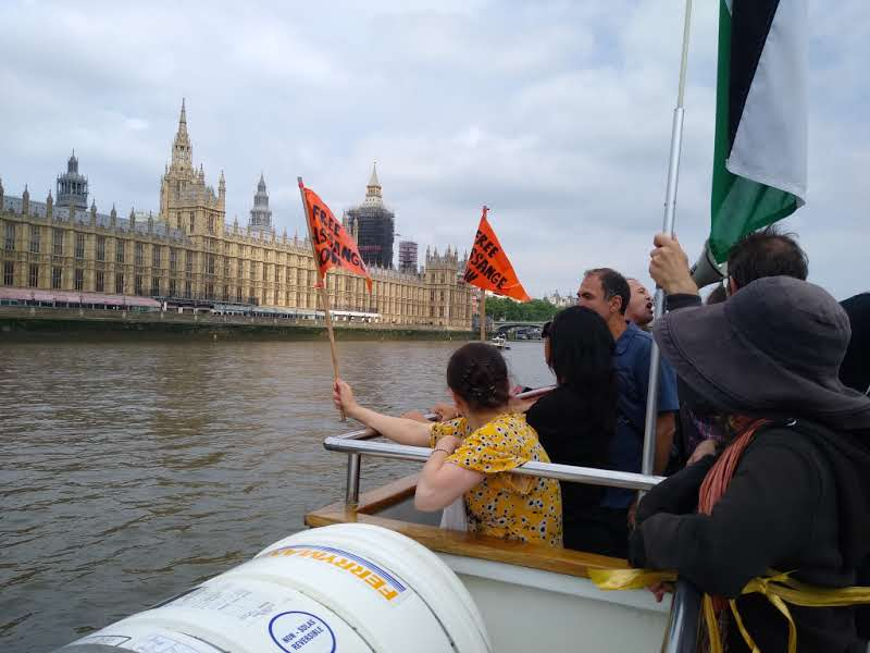 protest_photos:boatflag.jpg