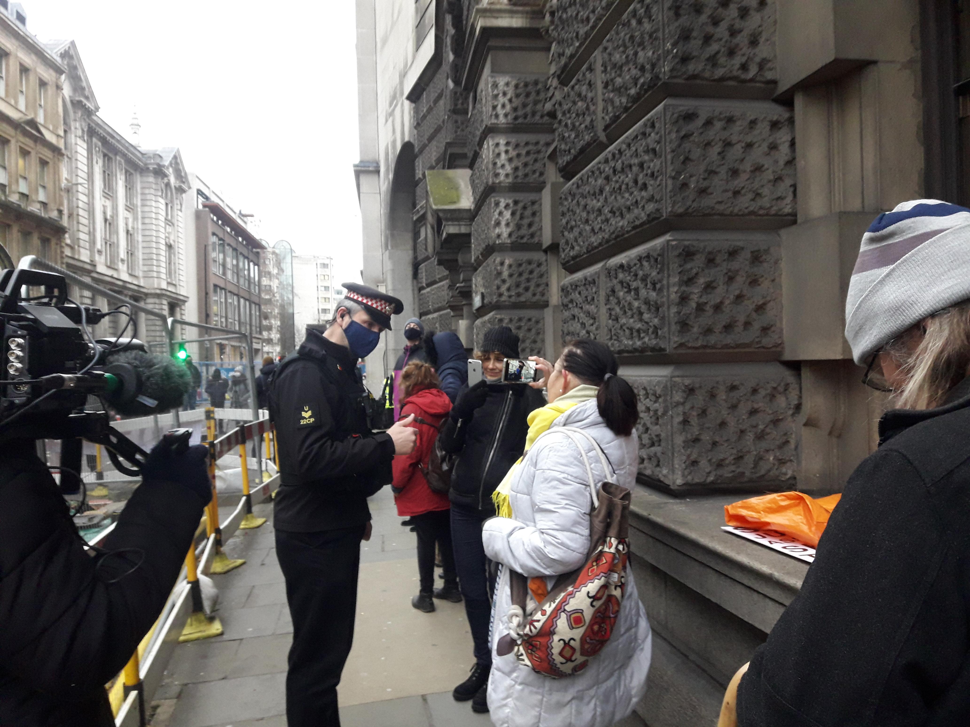 protest_photos:copsharassoldb.jpg