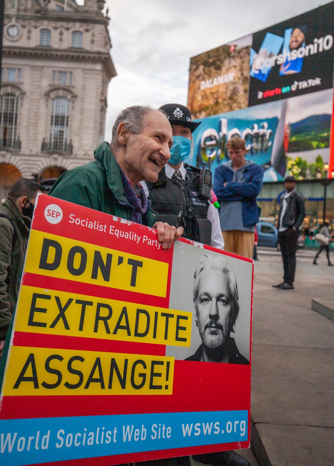 protest_photos:peter-before-arrest-piccadilly-circus-london-3oct20.jpg