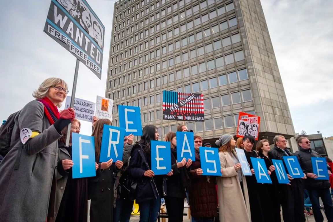 protest_photos:slovenia-blue-letters.png