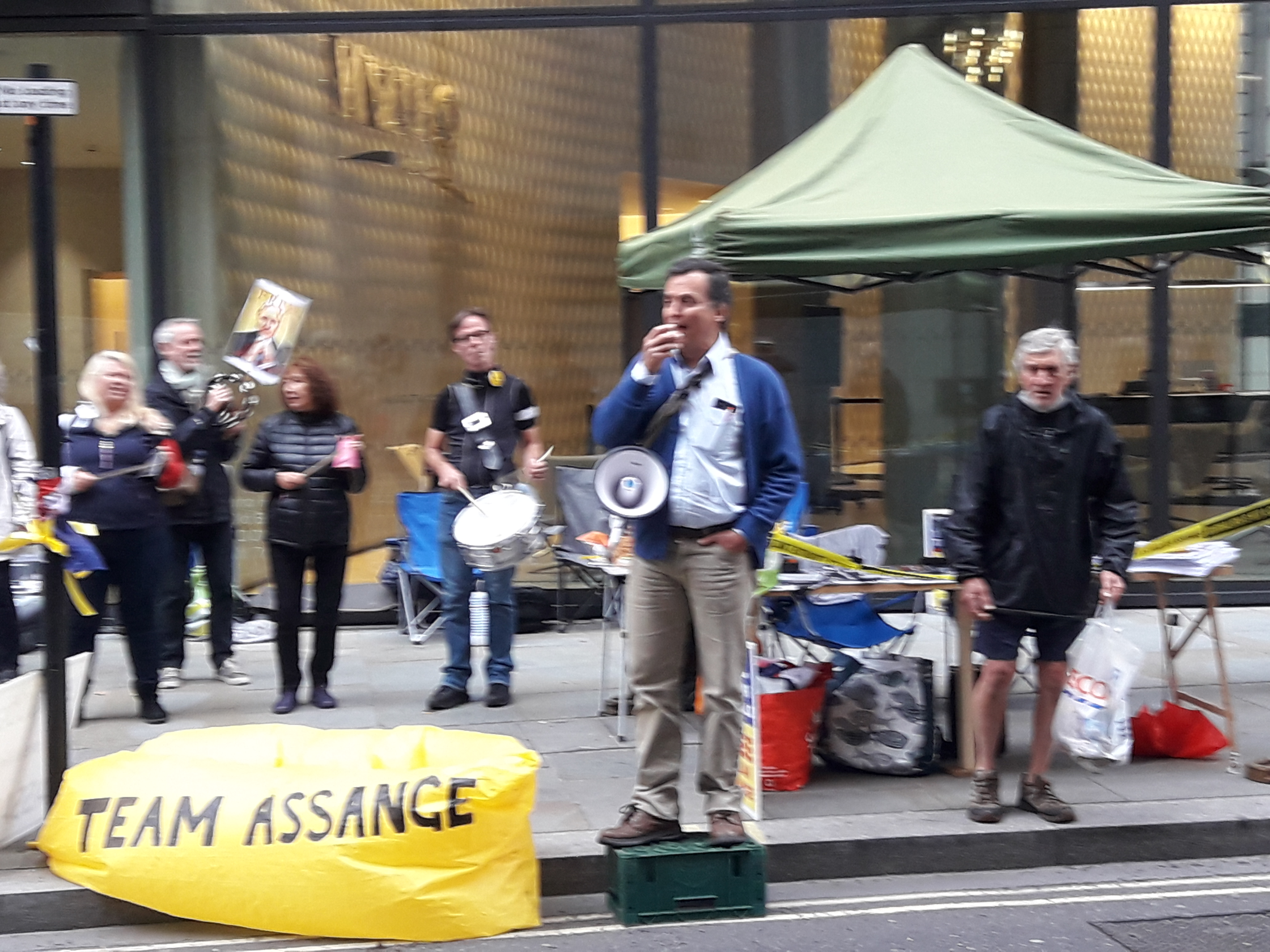 protest_photos:team-assange-old-bailey-sept20.jpg